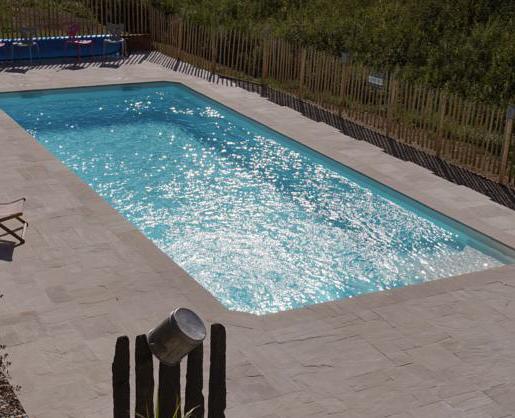 Construction d'une piscine à coque dans un hotel