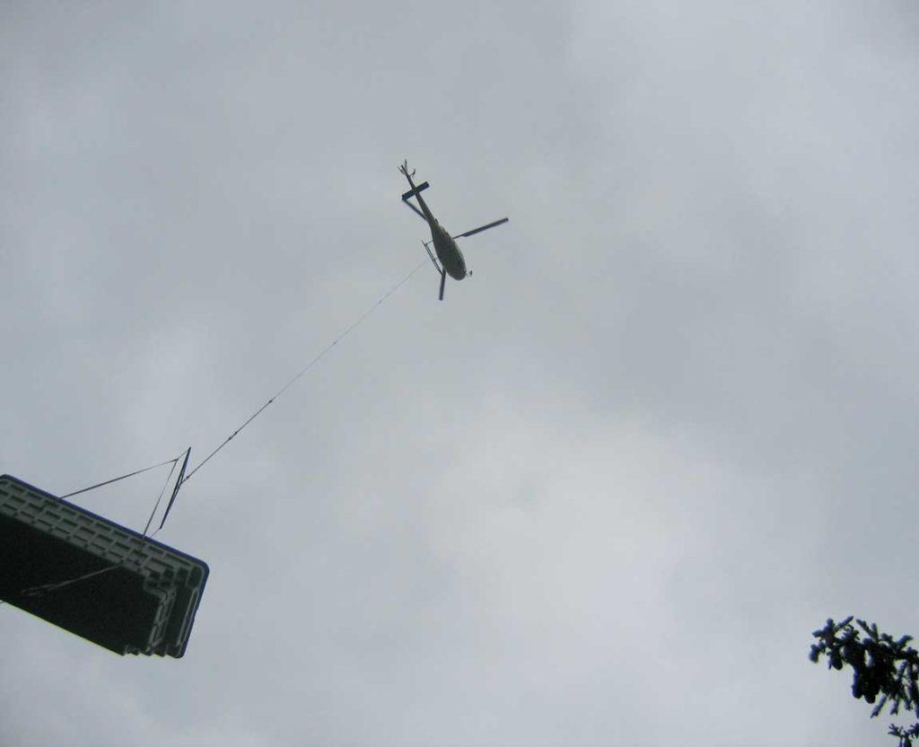 Livraison et pose d'une piscine à coque polyester par hélicoptère
